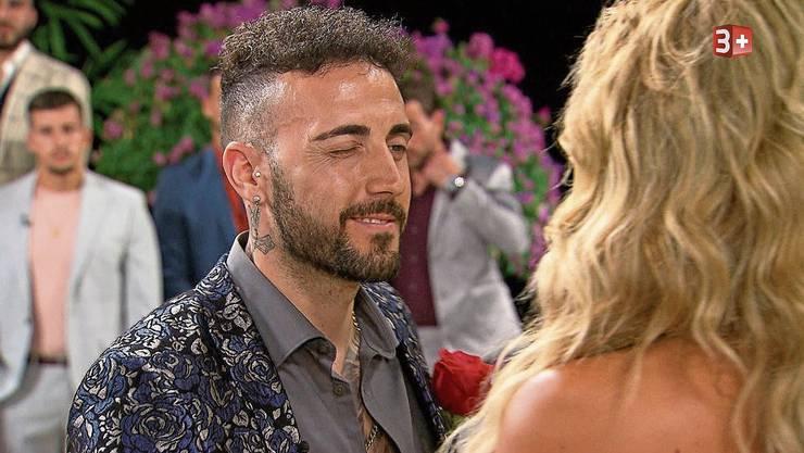 In der dritten Rosennacht erhielt Fabio Ambrosio als Erster eine Rose von der Bachelorette.