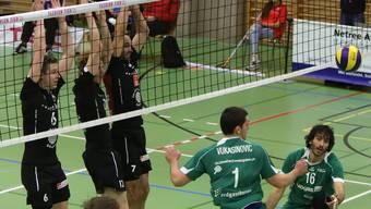 Die Schönenwerder Reto Giger, Christoph Hänggi und Jan Schnider (v.l.n.r) blocken sich zu einem Punkt gegen Näfels.
