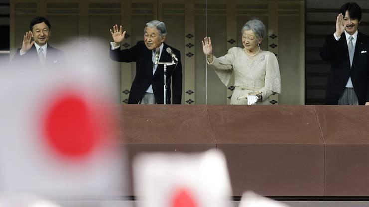 Japans Kaiser Akihito, Gattin Michiko und Söhne Naruhito (l) und Akishino nehmen winkend die Glückwünsche entgegen