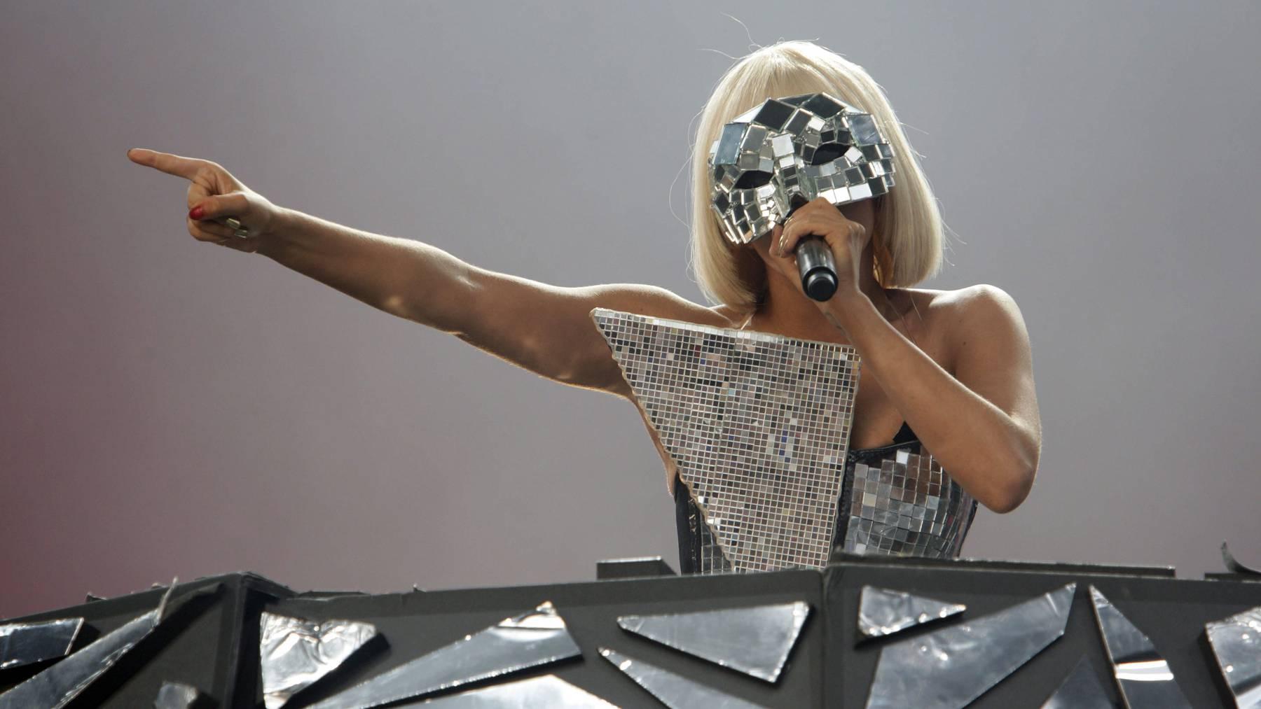 Lady Gagas Song Pokerface handelt von sexuellen Anspielungen und Verführungen.