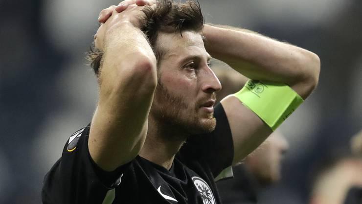 David Abraham kanns nicht fassen: Die Eintracht Frankfurt dreht das Spiel und verliert letztlich doch