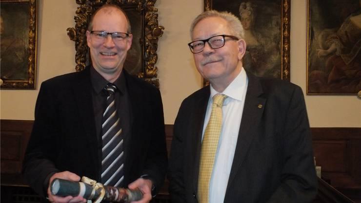Linus Hüsser (links) erhält von Heinz Schmid den mit 5000 Franken dotierten Fricktalpreis überreicht. wwl