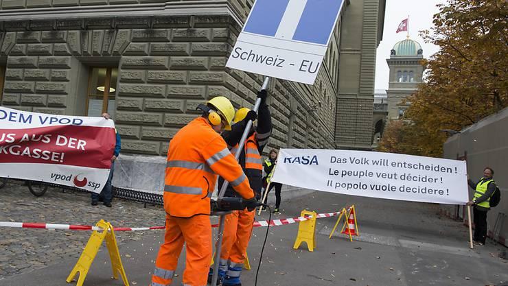 Die RASA-Initianten wollen die Schweiz mit einer neuen Abstimmung aus der europapolitischen Sackgasse führen. Am Dienstag wurden 110'000 Unterschriften dafür eingereicht.