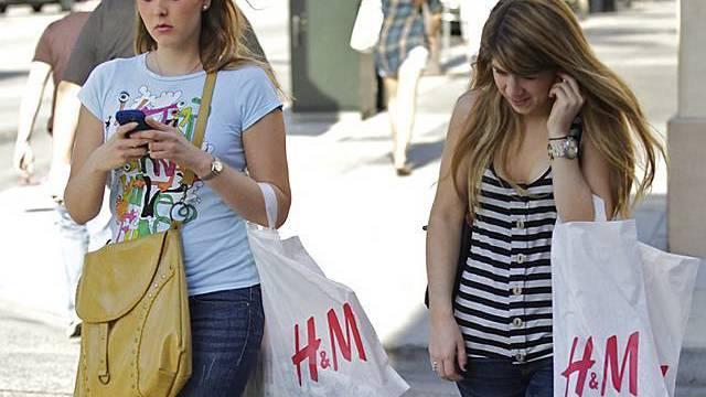 Zwei Teenager mit Taschen von Hennes und Mauritz in Pasadena, Kalifornien (Archiv)