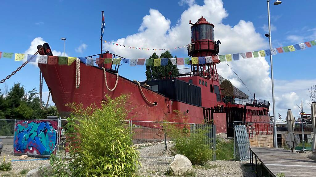 Ausgewässertes Schiff beim Basler Hafen wird zum Kulturzentrum
