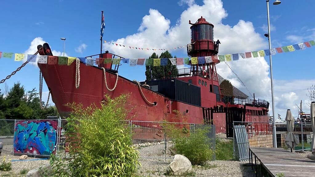 Das 550 Tonnen schwere Leuchtturmschiff macht auf dem zwischengenutzten Basler Hafenareal seiner Bezeichnung alle Ehre.