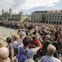 Drinnen tagt erstmals das neue Parlament, draussen wird protestiert: Demonstranten wehren sich vor dem Parlamentsgebäude in Budapest gegen Regierung und Parlament.