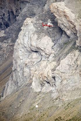 Ein Helekopter birgt die Trümmerteile der Ju-52