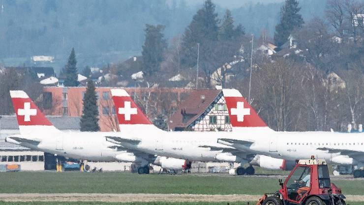 Die Swiss parkiert nicht genutzte Maschinen auf dem Flugplatz Dübendorf.