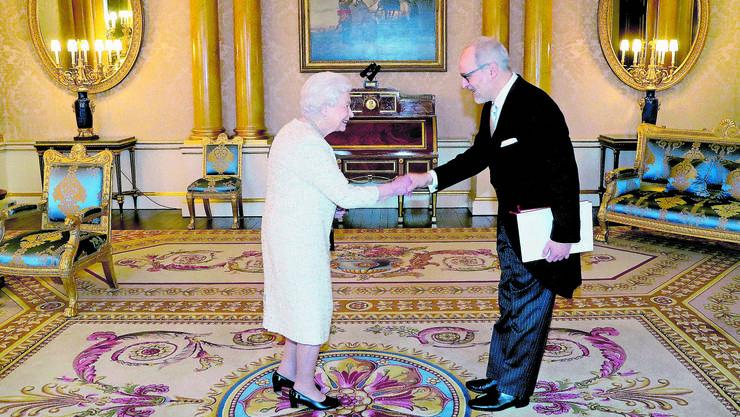 «Jedes Mal fühlt man sich dabei wie ein Schulbub» Botschafter Alexandre Fasel wird von Queen Elizabeth II empfangen.