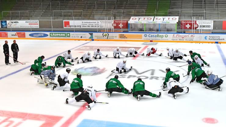 Garry Nunn führt das Einwärmen zum Auftakt des ersten Eistrainings der Saison.