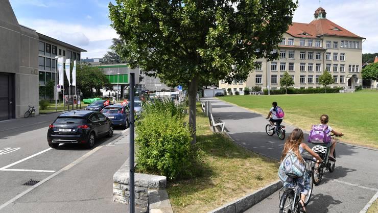 Zwischen der Riggenbachstrasse und der (Alten) Aarauerstrasse will die Stadt östlich der Bifangstrasse auf einem Teil der Bifangmatte einen neuen Platz schaffen, auf dem künftig auch der Wochenmarkt / Gemüsemarkt stattfinden soll.