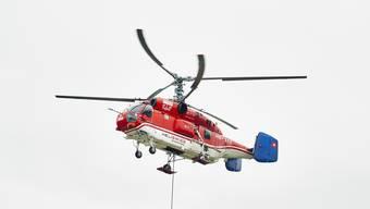 Der Abriss des alten Spitalhochhauses wird jetzt auch von aussen sichtbar. Ein Super-Puma-Helikopter liefert einen Bagger auf das Dach. Aufgenommen am 30.04.2019 in Schlieren.