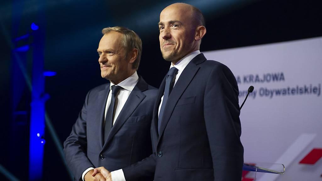 Bei einem Konvent der Partei «Bürgerplattform» wurde Tusk (l.) einstimmig zum Vize-Parteichef gewählt, der kommissarisch auch die Funktion des Vorsitzenden übernimmt. Foto: Aleksander Kalka/ZUMA Wire/dpa