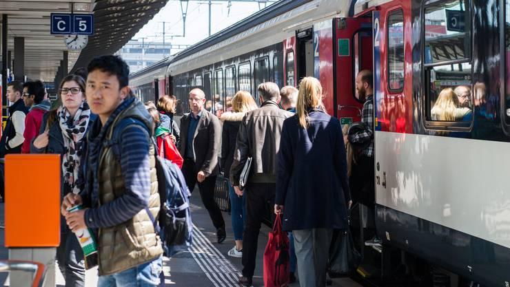 """Auch am Bahnhof Aarau verkehren Züge immer wieder mit Verspätung. Die """"Nordwestschweiz"""" hat sich sämtliche Verspätungen für einen spezifischen Tag angeschaut."""