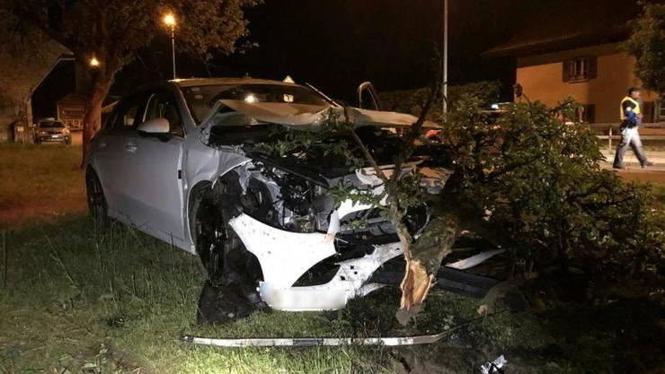 Das Unfallauto prallte in einen Baum und überschlug sich, bevor es zum Stillstand kam.