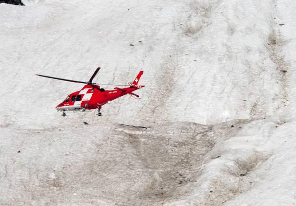 Bergspezialisten bergen den umgekommenen Kampfjet-Piloten am Mittwoch, zwei Tage nach dem  Unglück.