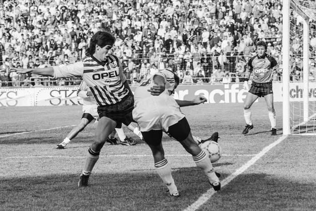 Andrés Escobar (links) in seinem ersten Spiel für die Berner Young Boys gegen den FC St. Gallen am 25. Februar 1990 im Stadion Wankdorf.