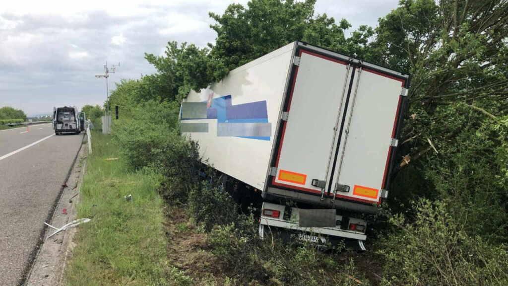 Lastwagenfahrer bei Selbstunfall auf Autobahn A1 leicht verletzt