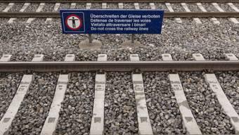 Beim Überqueren der Geleise wurde der Mann von einem Güterzug erfasst.(Symbolbild)