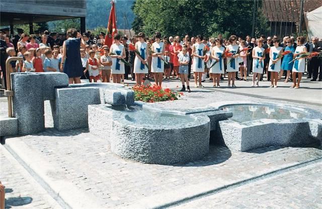 Die Bürgergemeinde liess 1968 zur 1000-Jahr-Feier eine Brunnenanlage des Bildhauers Peter Travaglini errichten. Das Bild zeigt die feierliche Einweihung. zvg