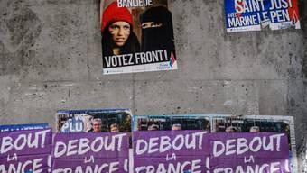 Wahlplakate des fremdenfeindlichen Front National. Die rechtsextreme Partei dürfte kräftig zulegen. (Archiv)