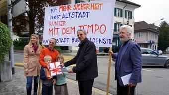 Rolf Glückler (links) übergibt Stadtrat Martin Steinmann das Unterschriftenpaket.