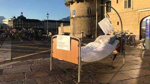 Krankenbetten, Rollatoren und Krücken mitten in Luzern