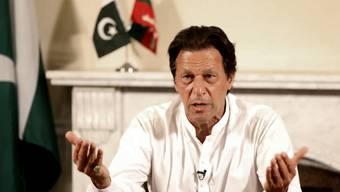 Der ehemalige Cricketstar Imran Khan hat die Parlamentswahl in Pakistan nach Angaben der Wahlkommission gewonnen.