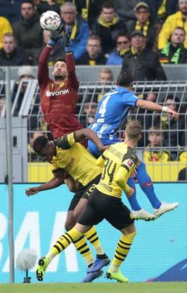 Der Chef im eigenen Strafraum: Da können die Gegner noch so hoch springen. Roman Bürki ist nicht zu bezwingen.