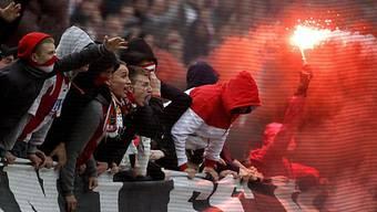 Fans freuen sich über den Aufstieg ihres 1. FC Köln
