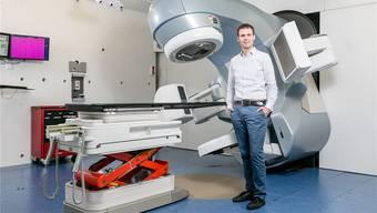 Zwischen Silicon Valley und Dättwil: Geschäftsführer Thomas Keller vor einem Strahlengerät von Varian.