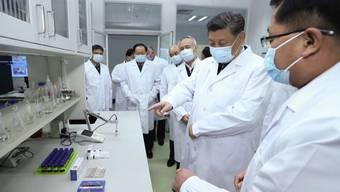 Staatschef Xi Jinping auf Besuch in einem Impfstoff-Forschungslabor.