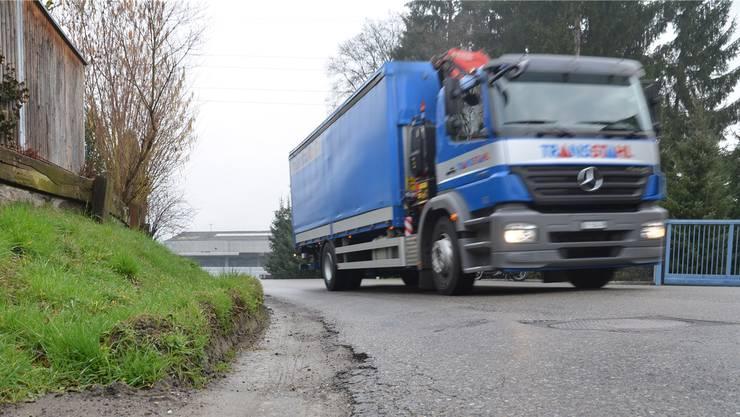 Schwere Fahrzeuge hinterliesen Spuren am Strassenbelag der Fischerhölzlistrasse. Der Bund wird sich an den Sanierungskosten beteiligen. (Symbolbild)