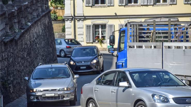 Kirchenrain in Wohlen: Wenn die Lastwagen kommen, wird es zwischen Kirchenmauer und Sternen meistens eng.
