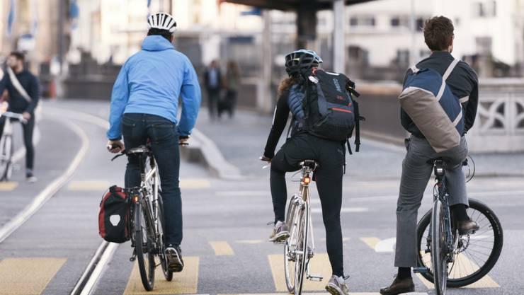 Eine neue Studie versucht, in Franken zu beziffern, wie das Herumfahren mit Autos, Lastwagen, Zügen und Velos die Umwelt beeinflusst. (Symbolbild)