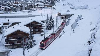 Die Bahnlinie und die Strasse zwischen Täsch und Zermatt ist gesperrt. (Archivbild)