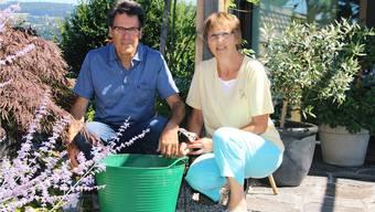 Seit der Pensionierung wird die Gartenarbeit gemeinsam ausgeführt: Fritz und Trudi Sewer aus Stetten. cfr