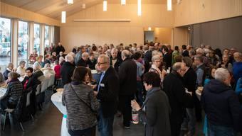 Ein zum Bersten voller Saal: Alle wollen das neue Pfarreizentrum bei der Kirche bewundern.