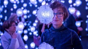 Pipilotti Rist in ihrem «Pixelwald« aus 300 von Videos erleuchtet en Glaskörpern.