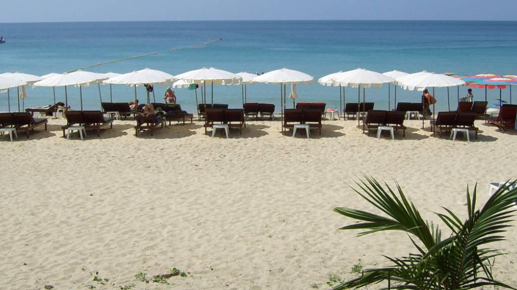 ARCHIV - Touristen sind am Strand auf der thailändischen Insel Phuket zu sehen. Auf der Urlaubsinsel ist eine Schweizerin tot aufgefunden worden. Laut Bericht der «Bangkok Post» unter Berufung auf die Polizei deuten Indizien darauf hin, dass die 57-Jährige zunächst vergewaltigt und dann ermordet worden sei. Foto: Norbert Drews/dpa