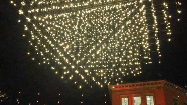 «Ganz fescht lüüte»: Mit ihren Glöggli wecken die Badener Kinder die Lichter ihrer Weihnachtsbeleuchtung.