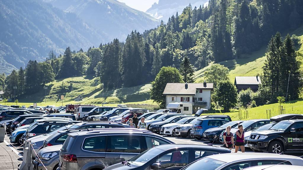 Autos von Ausflüglern im Obwaldner Tourismusort Engelberg überlasten oft die Strassen im Engelbergertal im Kanton Nidwalden. (Archivaufnahme)