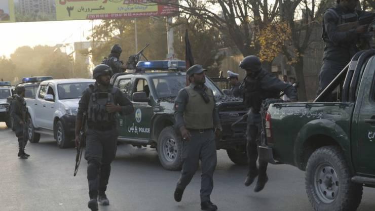 Sicherheitskräfte am Dienstag am Ort des Selbstmordanschlags in Kabul.