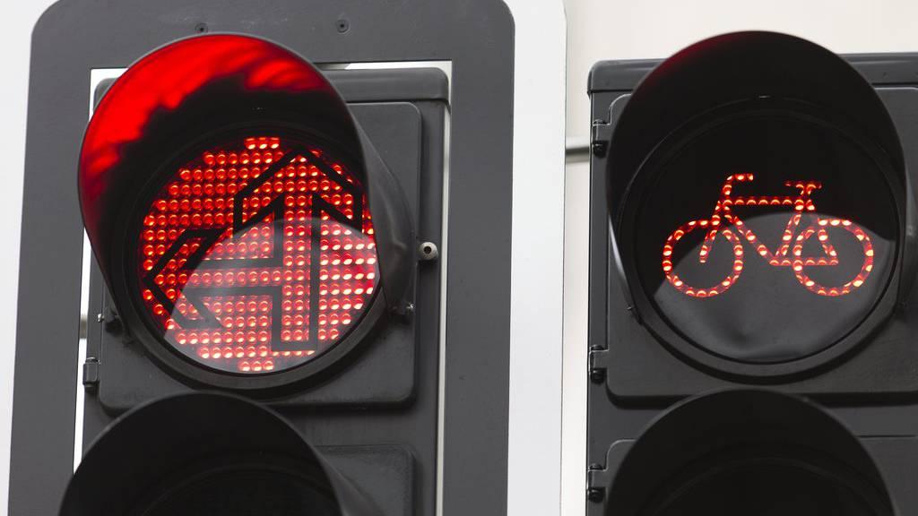 Dürfen Velofahrer bei rot an einer Kreuzung schon bald trotzdem rechts abbiegen?