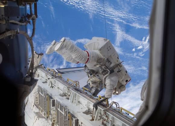 Am 1. September 2009 machte Nicole Stott einen Weltraumspaziergang zwecks Wartungsarbeiten an der ISS.