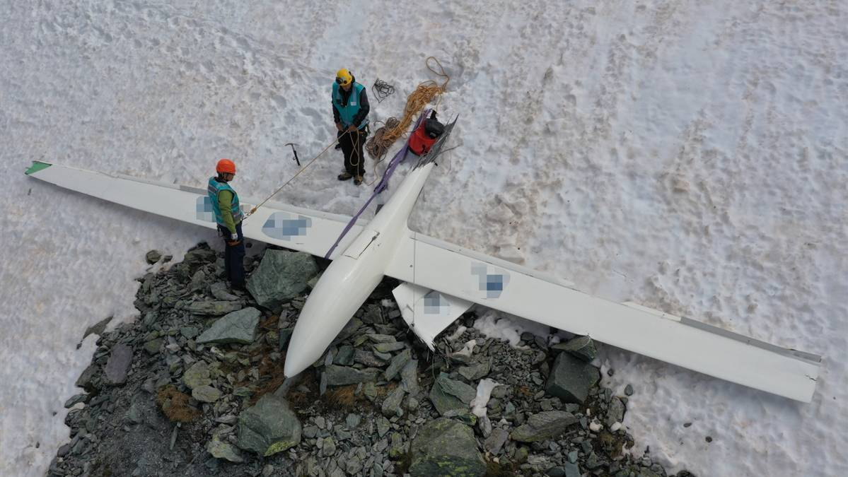 Das abgestürzte Segelflugzeug bei der Unfallstelle.