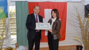 Vor sechs Jahren: Regierungsrat Peter C. Beyeler überreichte Schneisingens Gemeindepräsidentin Claudia Graf das Zertifikat «Energiestadt».