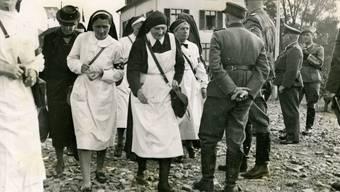 Mathilde Paravicini (Bildmitte), 1945 an der Schweizer Grenze.