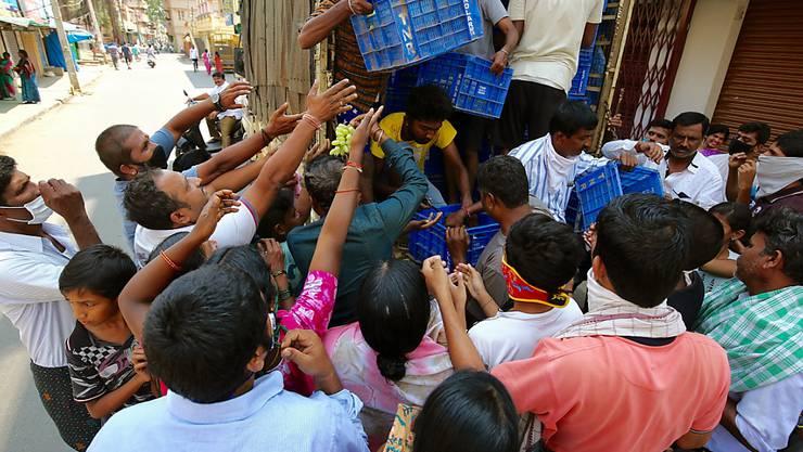Andrang in Indien trotz Coronavirus-Massnahmen: Menschen in Bangalore warten auf die Verteilung von Gratis-Früchten. (Archivbild)